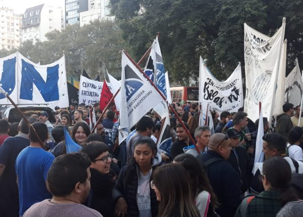 Miles de jóvenes y estudiantes acompañaron el reclamo y marcharon encolumnados junto a los docentes.